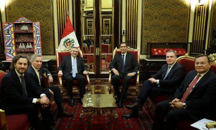Cafiero y Solá, junto a Alberto Fernández en un viaje a Perú durante la campaña presidencial.