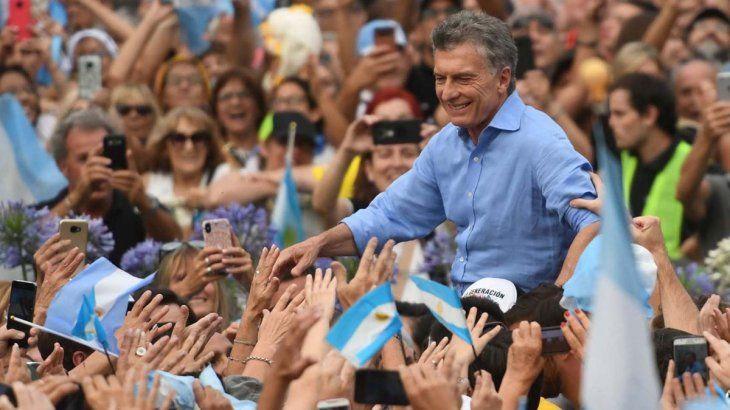 El presidente Mauricio Macri rodeado de militantes en su despedida en Plaza de Mayo.