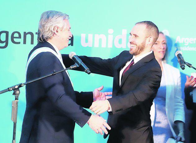 Oficial. Martín Guzmán se convirtió ayer en el nuevo titular del Ministerio de Economía. Juró y se abrazó luego con el Presidente.