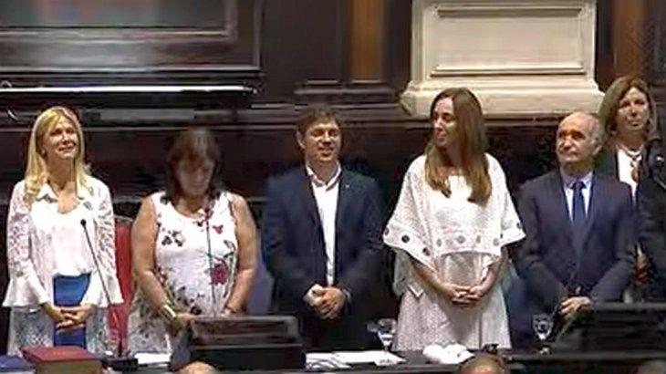La saliente María Eugenia Vidal entregó los atributos provinciales al nuevo gobernador bonaerense Axel Kicillof.