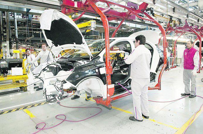 El Gobierno quiere que las automotrices rebajen las cuotas de planes de ahorro