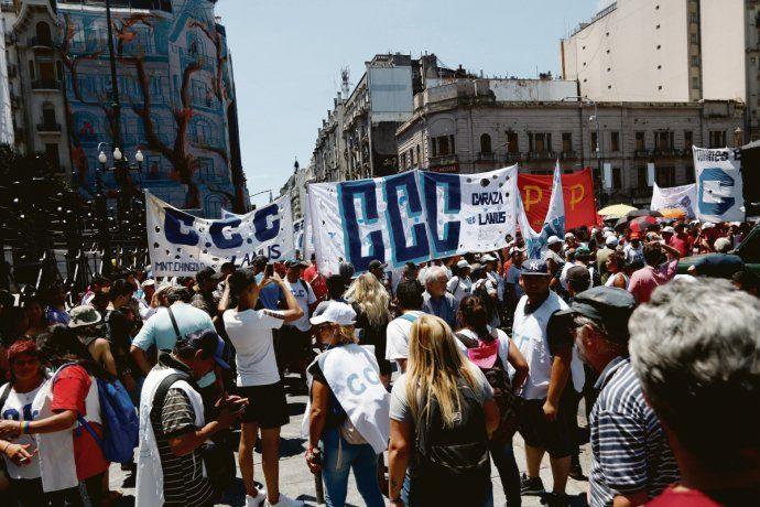 Piqueteros marcharon por la jura de Juan Carlos Alderete y Federico Fagioli. La izquierda fue por su cuenta a quejarse del megaproyecto, en un Congreso lleno de vallas que el kirchnerismo prometió no utilizar.