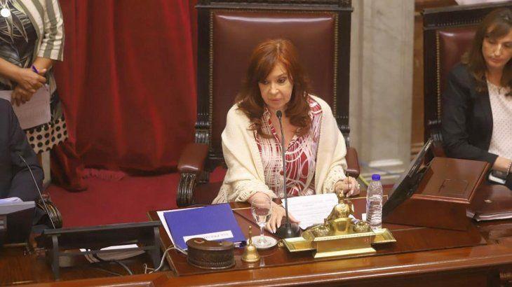 La sesión que debía iniciar el Senado desde las 14 para debatir de manera exprés el paquete de ajuste del Gobierno deAlberto Fernándezfinalmente comenzó pasadas las 16.