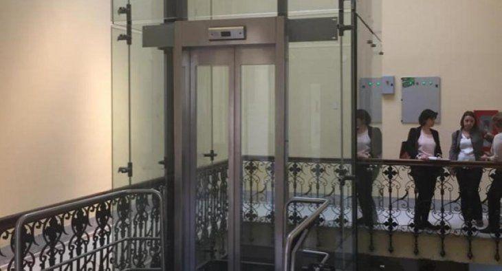 El nuevo ascensor que ocupa el espacio de la histórica escalera de mármol.