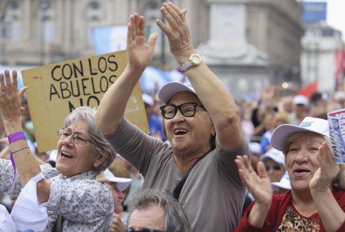 Fernández otorgó sumas fijas para los sectores que cobran lasjubilacionesmás bajas y las pensiones no contributivas.Esos adicionales fueron de 5.000 pesos en diciembre y 5.000 en enero.