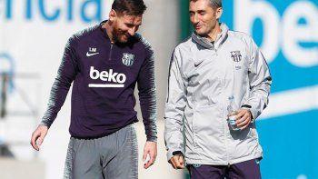 Lionel Messi y Ernesto Valverde sonríen durante un entrenamiento de Barcelona. Una imagen que no se volverá a ver en el club catalán.