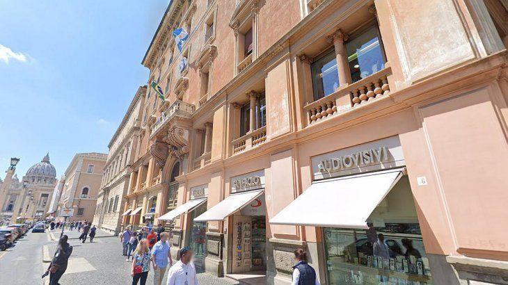 Luego del encuentro, Alberto se dirigió junto a la primera dama Fabiola Yañez a la residencia de la embajada argentina ante la Santa Sede, en el tercer piso de Via della Conciliazione 10, a unos 300 metros del Vaticano.