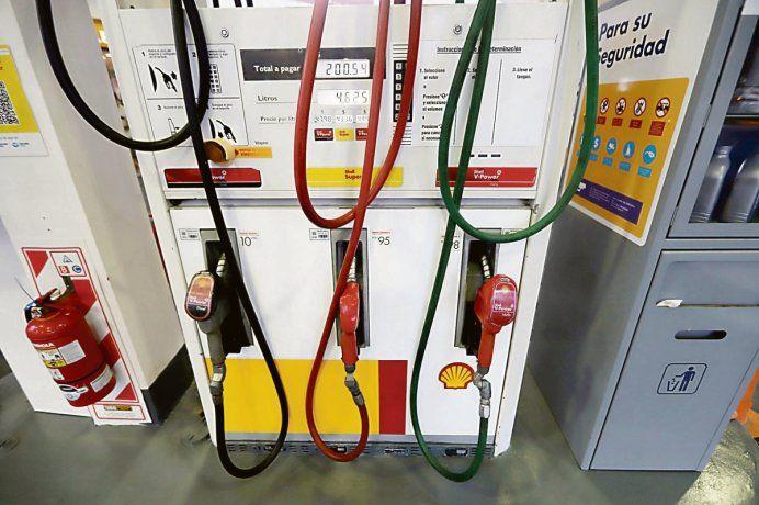 Gobierno vuelve a postergar impuesto a combustibles para evitar suba de naftas