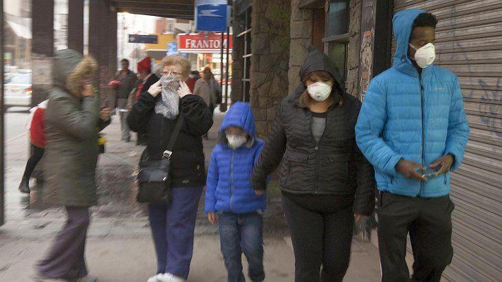 El uso masivo y obligatorio de mascarillas como método efectivo para evitar los contagios sigue siendo debatido por los expertos.