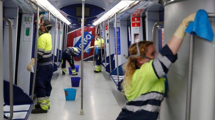 Trabajadores del Metro de Madrid en plena tarea de desinfección.