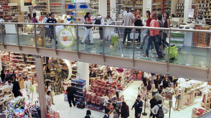 Los shoppings e hipermercados solo podrán admitir hasta 200 personas en sus establecimientos.