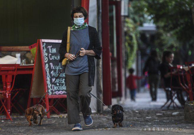 La gente toma precauciones ante el brote de coronavirus.