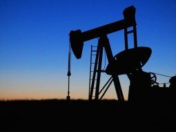 El precio del petróleo con entrega en mayo se derrumbó, aunque los futuros muestran más estabilidad.