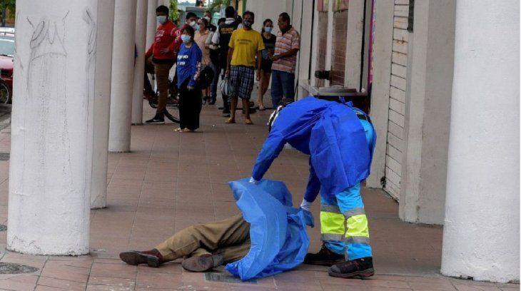 Un cuerpo yace en una calle de Guayaquil.