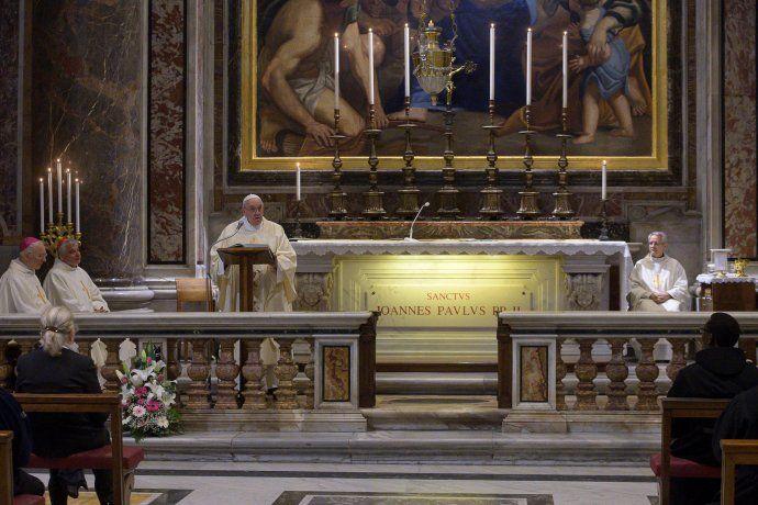 La primera misa con fieles oficiada en dos meses por el Papa fue en homenaje a San Juan Pablo II.