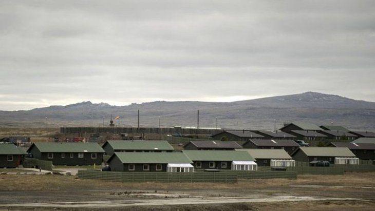 El mayor foco de contagio es la base militar británica apostada en Mount Pleasant, donde la administración isleña decretó un aislamiento muy estricto.