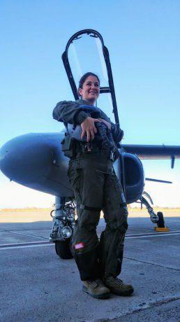 """Sofía Vier, la joven cordobesa a la que su amigos bautizaron como """"Teniente Marvel"""", al finalizar su vuelo de bautismo en un avión de entrenamiento."""