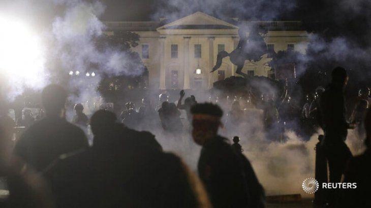 Manifestantes protestando frente a la Casa Blanca.