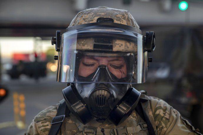 Una miembro de la Guardia Nacional llorando antes durante una represión en Minneapolis.