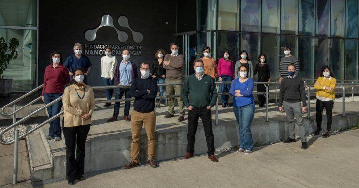 El equipo completo desarrollador de este avance, que bloqueó al coronavirus SARS-Cov-2 en pruebas in vitro.