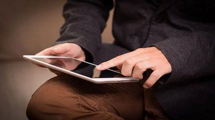 Quienes podrán obtener la tablet gratis de ANSES son las familias que cobran la AUH o Asignación por Embarazo para la Protección Social y lostrabajadores independientes inscriptos en elRégimen de Monotributo Social.