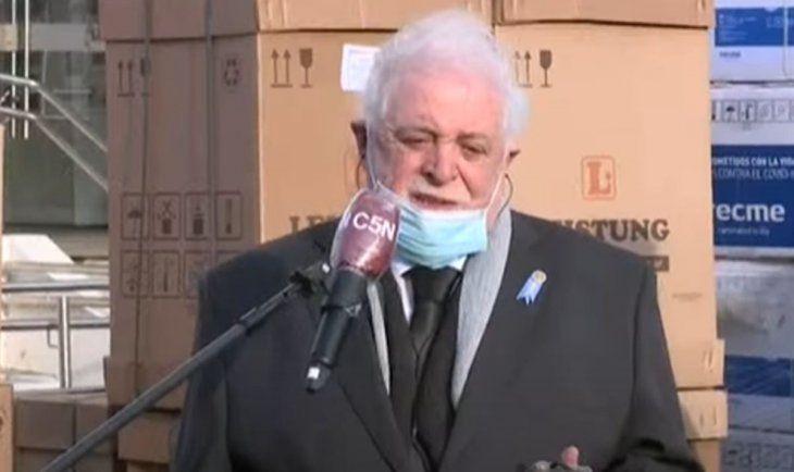 Ginés González García durante la entrega de 50 respiradores.