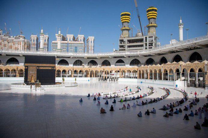 Distancia social en la oración del domingo en la Gran Mezquita de La Meca