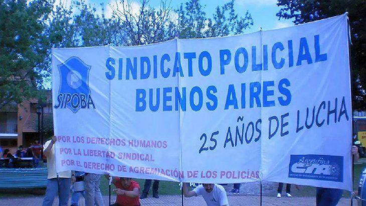El Sindicato Policías provincia de Buenos Aires (Sipoba) se creó en 1989, pero no posee personería gremial. Su integrantes aseguran que la ex ministra de Trabajo, Patricia Bullrich, la firmó, pero que luego fue