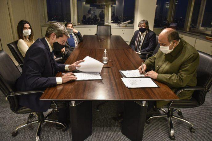 El Ministro de Turismo y Deportes, Matías Lammens, junto al gobernador de Tucumán, Juan Manzur, en la firma del convenio para la ciudad de San Javier.
