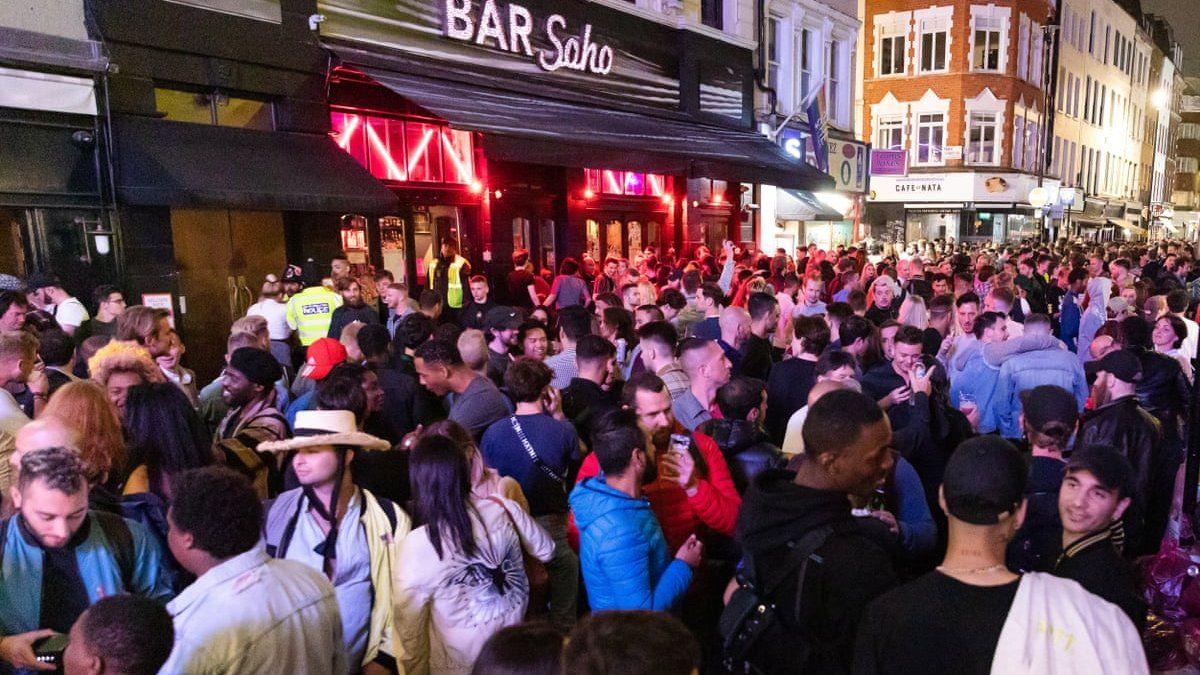 Inglaterra: pubs debieron cerrar por casos de coronavirus luego del descontrol en su reapertura