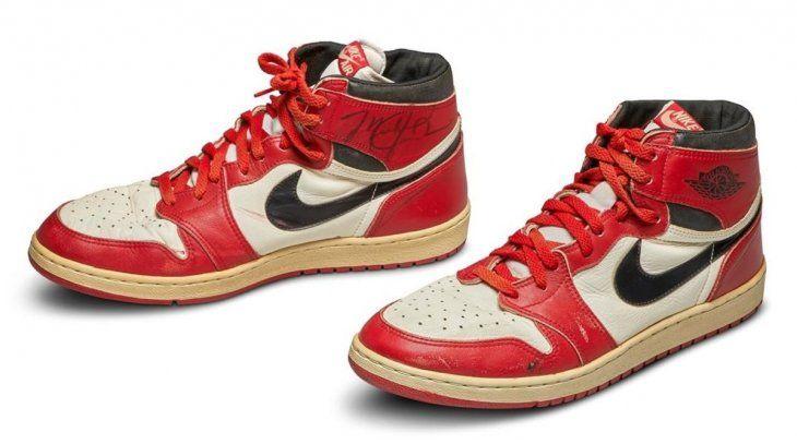 Unas Nike Air Jordan 1S que el legendario jugador lució en 1985 marcaron un récord al ser vendidas en una subasta online de Sotheby's por 560.000 dólares.
