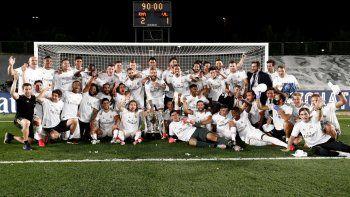 El plantel del Real Madrid festeja el reciente título de Liga conquistado. Fue su 34° campeonato en su historia.