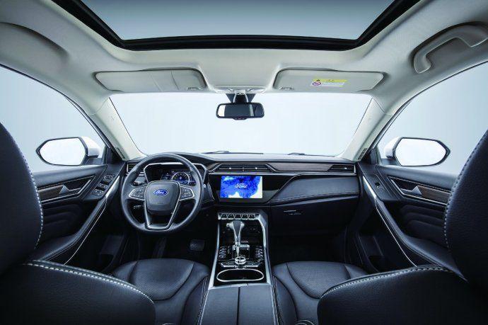 La Territory está equipada con asientos delanteros calefaccionados y refrigerados, y el del conductor tiene regulación eléctrica.