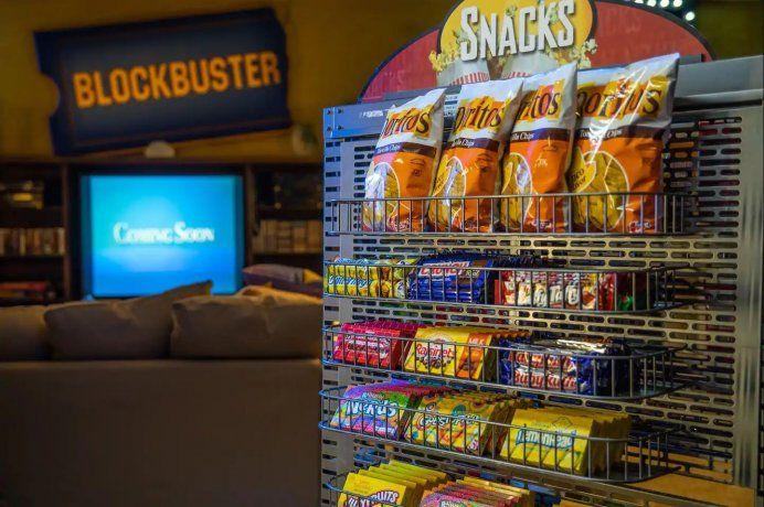 Los dueños del lugar ofrecerán la posibilidad de usar todas las películas que estén disponibles y hasta ofrecen comida para los inquilinos.