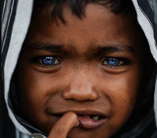 Los habitantes de la Isla de Buton, Indonesia, destacan por tener el extraño color de ojos.