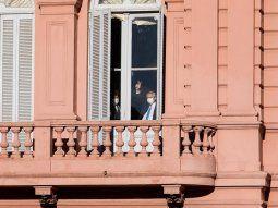 Dedos en V: Alberto Fernández saluda a la militancia desde Casa Rosada.