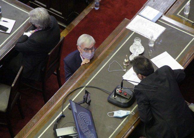 El diputado del PRO Álvaro González conversa con Sergio Massa.