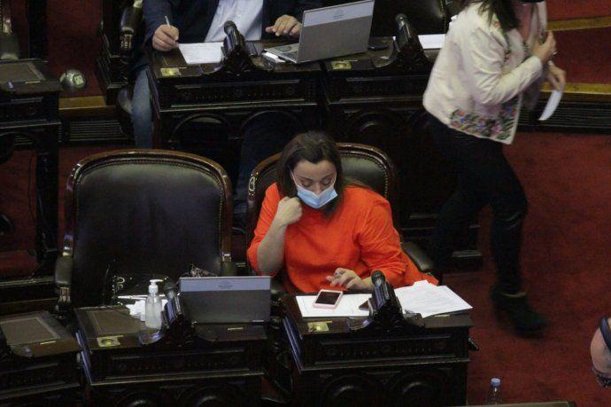 La vicepresidenta del Frente de Todos, Cecilia Moreau, en su banca durante el debate del Presupuesto 2021.