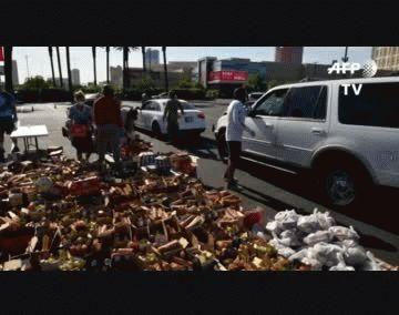 Se acumulan los autos a la espera de alimentos