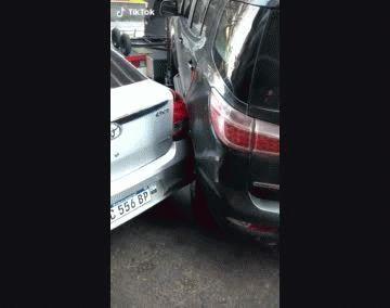 Insólito: grúa quiere sacar un auto y rompe el de adelante.