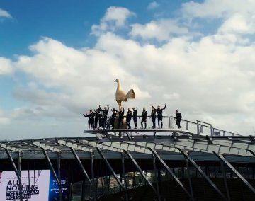 Los jugadores de Tottenham parecen tocar el cielo con las manos en lo más alto de su estadio.