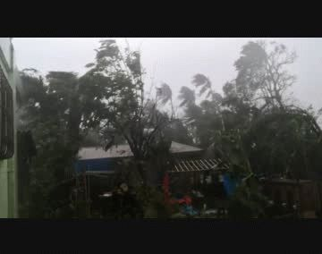 El tifón dejó a su paso más de 20.000 viviendas destruidas y cerca de 55.500 parcialmente dañadas, indicó Defensa Civil en un comunicado.