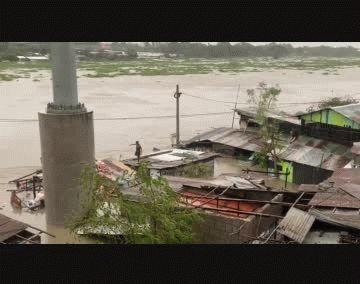 Las lluvias torrenciales que dejó Vamco inundó las zonas bajas de Manila y las provincias cercanas, lo que obligó a miles de personas a abandonar sus viviendas y a refugiarse en tejados o balcones