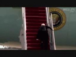 Biden tropezó hoy varias veces mientras subía los escalones del Air Force One