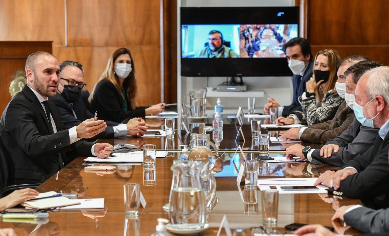 El ministro Guzmán junto a su par de Desarrollo Productivo, Matías Kulfas, en la reunión con representantes de Argencon, Accenture, Globant, PWC, Ernest & Young, Tax&Legal, Laboratorios Bagó y el INVAP.