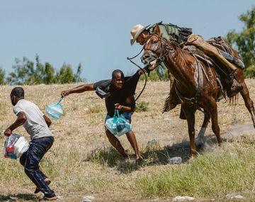 """""""Horribles"""". Así calificó la vicepresidenta Kamala Harris a las imágenes de un migrante haitiano siendo azotado por un miembro de la patrulla fronteriza."""
