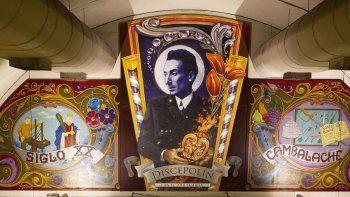 El mural en homenaje a Enrique Santos Discépolo ubicado en la estación Corrientes de la Línea H. La obra pertenece a los artistas Jorge Muscia y Alfredo Martínez.