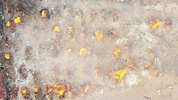 COLAPSO. En India han proliferado los crematorios ilegales debido al incremento del número de muertos por covid-19.