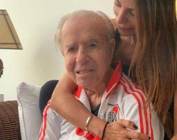 Carlos Menem vistiendo la indumentaria de River. El expresidente fue fanático y socio del club de Núñez.