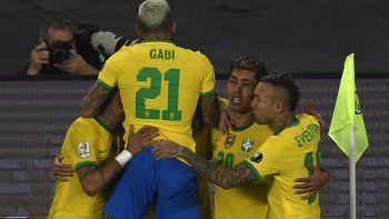 Brasil sufrió, marcó un gol con mucha polémica, pero mantiene un liderazgo perfecto.